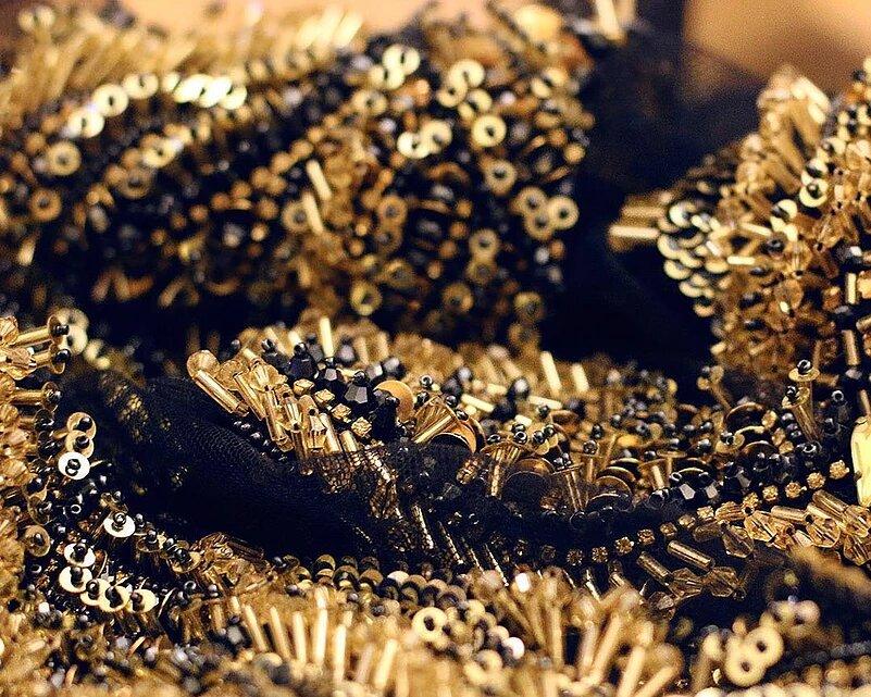 Détail broderie perles, sequins or et noir