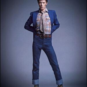 ELDB-715-716-David-Bowie-Hands-behind-his-back-Arrowsmith©-Maison-Sensey-